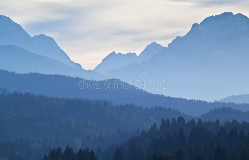Alti strati delle alpi nel crepuscolo fotografie stock libere da diritti