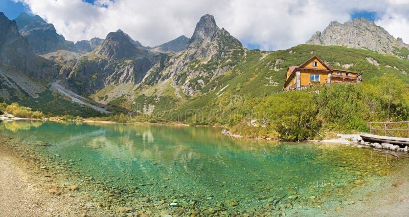 Alti Tatras - lago e valle Zelene Pleso con il chalet fotografia stock libera da diritti