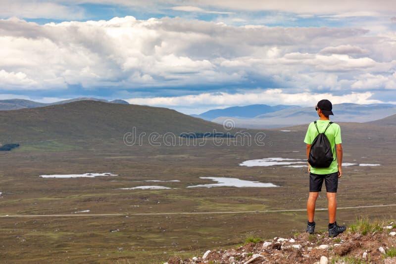 Altiplano escocés: niño haciendo senderismo en la montaña de Glencoe Escocia, Reino Unido imagen de archivo libre de regalías