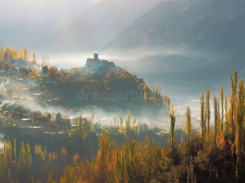 Altit-Fort im Nebel und in goldenem Autumn Hunza Valley, Karimabad, Pakistan stockfotografie