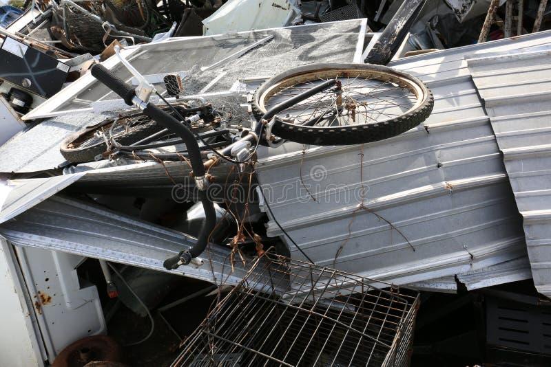 Altmetall mit Fahrrad, wenn Yard aufbereitet wird lizenzfreie stockfotografie