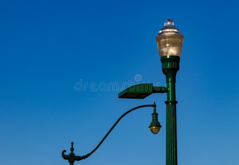 Altmodische Retro- Straßenlaternen gegen einen blauen Himmel stockfotos