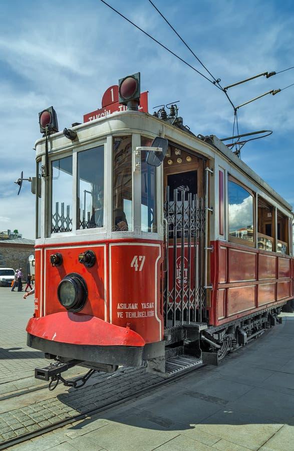 Altmodische rote Tram an der Straße Istanbul lizenzfreies stockbild