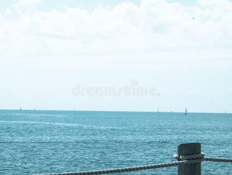 Altmodische Seefelsen und Seil II lizenzfreie stockfotografie