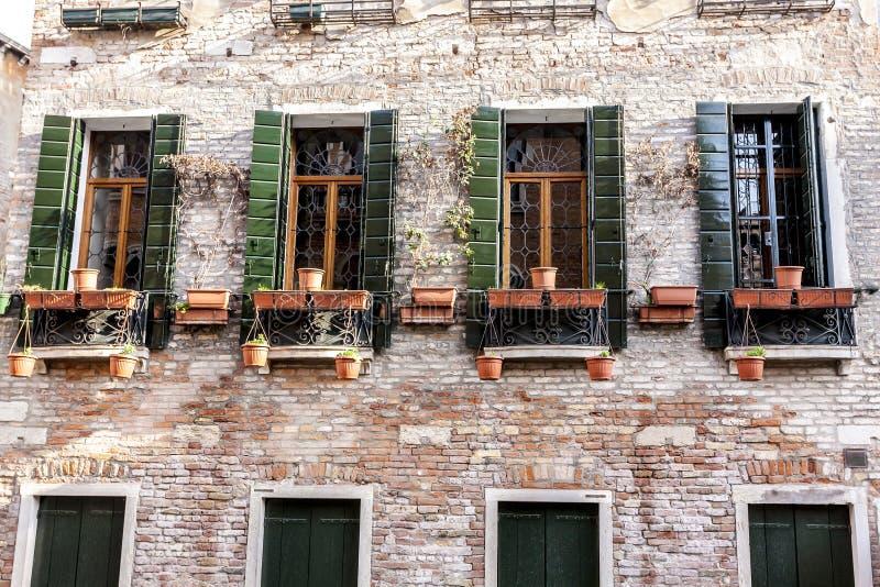 Altmodische traditionelle hölzerne Fenster in Venedig, Italien lizenzfreies stockfoto
