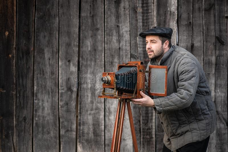 Altmodischer Fotograf arbeitet mit Kamera des großen Formats Konzept - Fotografie des 1930s-1950s lizenzfreies stockfoto
