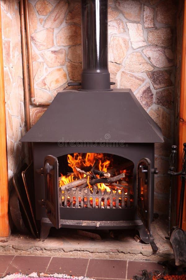 Altmodischer hölzerner brennender Ofen stockfoto
