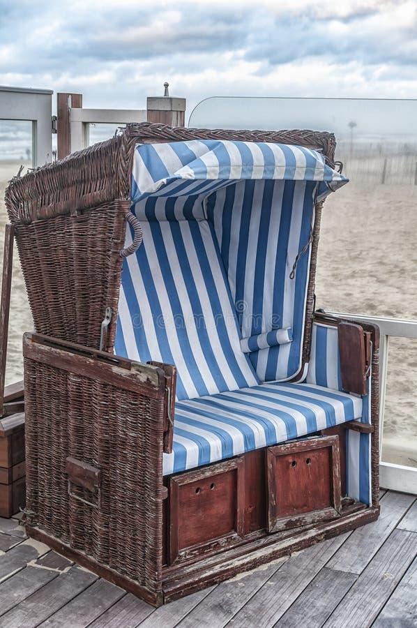 Altmodischer niederländischer Strandstuhl nahe dem Strand stockbilder