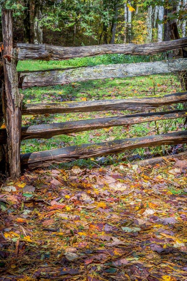 Altmodischer rustikaler kolonialzaun im Herbst lizenzfreie stockfotos