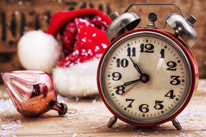 Altmodischer Wecker und rote Weihnachtskappe stockfoto