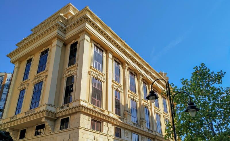 Altmodisches österreichisch-ungarisches historisches Gebäude mit blauem Himmel stockfoto