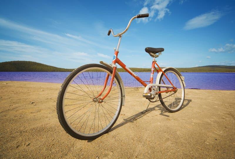 Altmodisches Fahrrad auf Sommerstrand stockbild