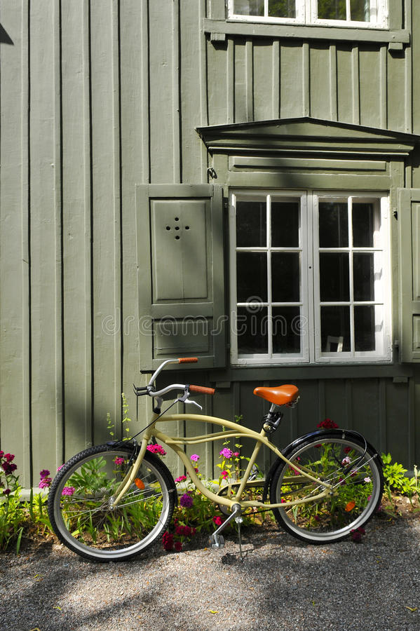 Altmodisches fahrrad das an der wand sich lehnt stockfoto bild 57833102 - Fahrrad aufhangen wand ...
