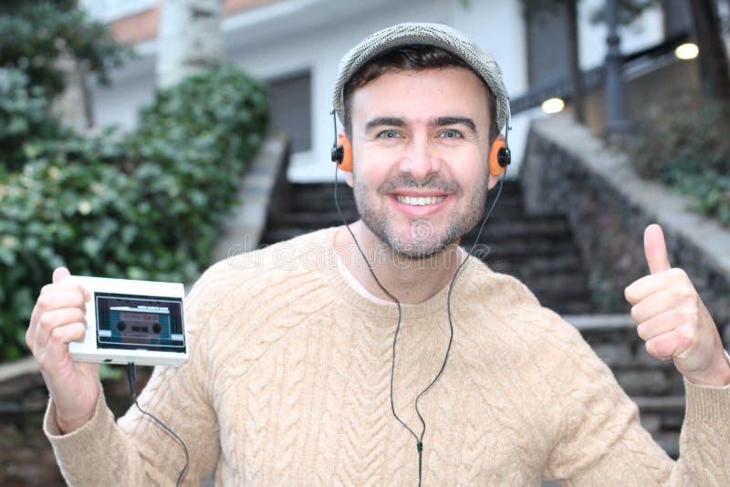 Altmodisches männliches Hören auf eine Kassette lizenzfreie stockfotos