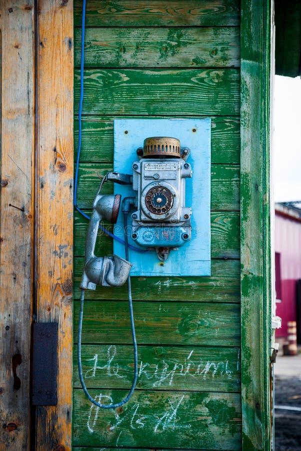 Altmodisches Telefon auf der Wand lizenzfreies stockfoto