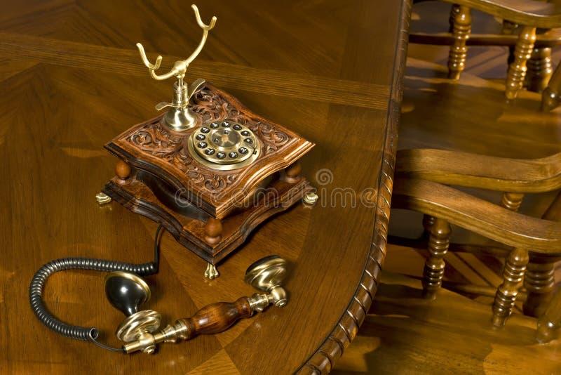 Altmodisches Telefon auf Tabelle lizenzfreie stockfotografie