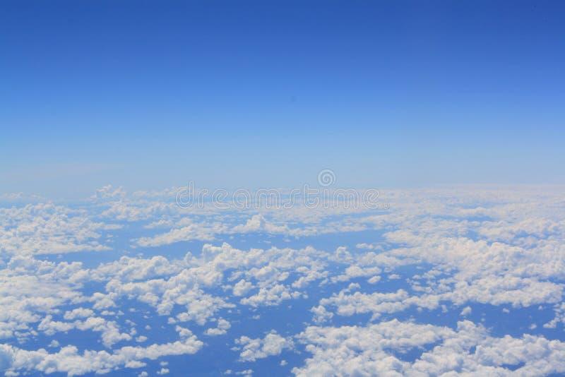 Alto ángulo con adornos del cielo y nubes blancas imagen de archivo libre de regalías