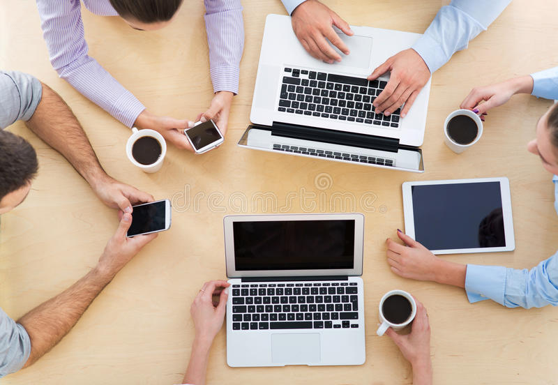 Alto ángulo de hombres de negocios en la tabla fotos de archivo
