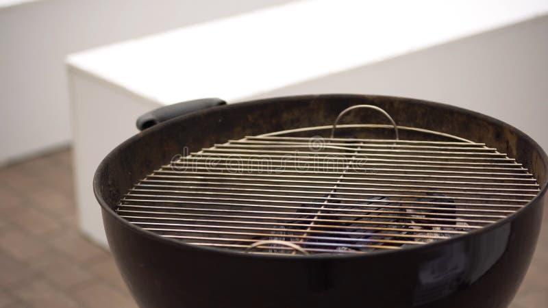 Alto ardiendo del fuego en una estufa Barbacoa al aire libre que cocina en una comida campestre en el verano Abra la parrilla fotos de archivo