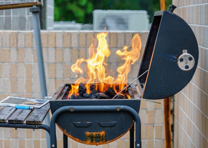 Alto ardiendo del fuego en una estufa Barbacoa al aire libre que cocina en una comida campestre en el verano imágenes de archivo libres de regalías