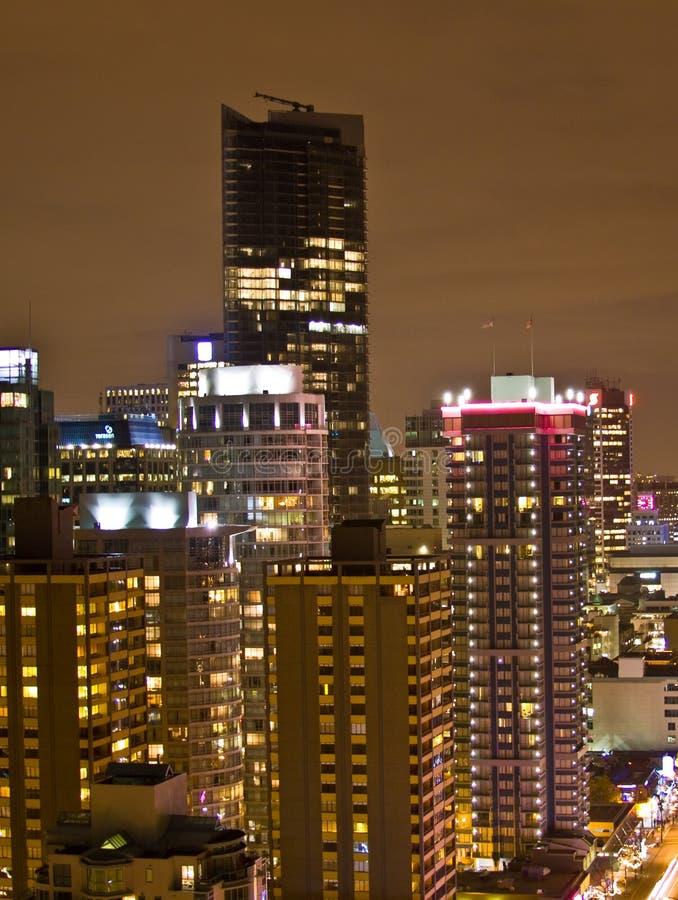 Alto aumento alla città di notte fotografie stock