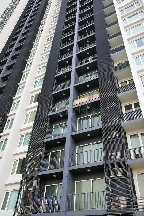 Alto bloque de apartamentos de la subida imagen de archivo