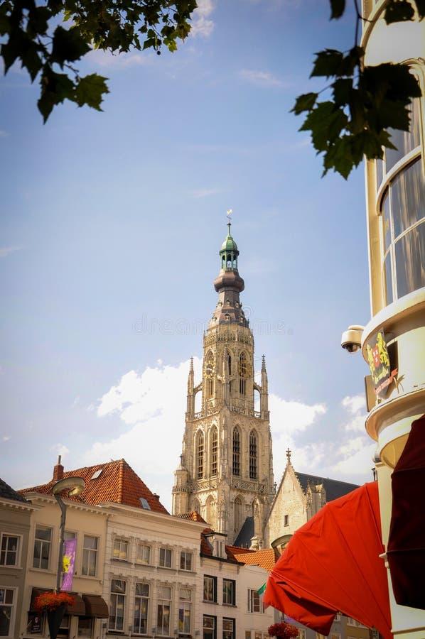 Alto campanario de la iglesia de Grote Kerk en Breda fotografía de archivo