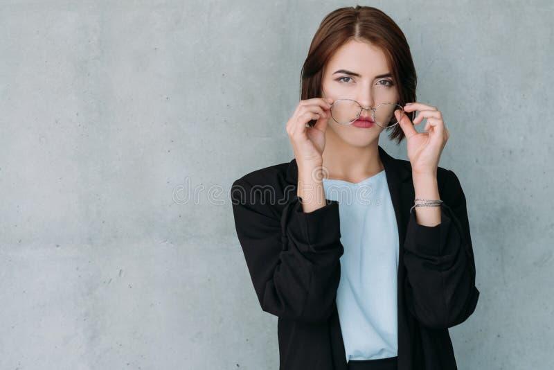 Alto cargo acertado de la mujer de negocios de la carrera fotografía de archivo