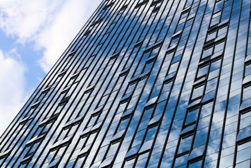 Alto cielo azul moderno de las ventanas de cristal del edificio imágenes de archivo libres de regalías