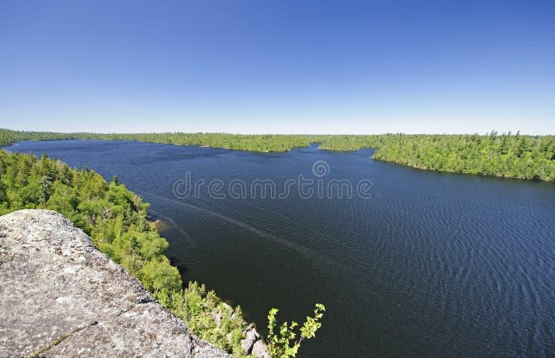Alto Cliff View de un lago wilderness imagen de archivo libre de regalías