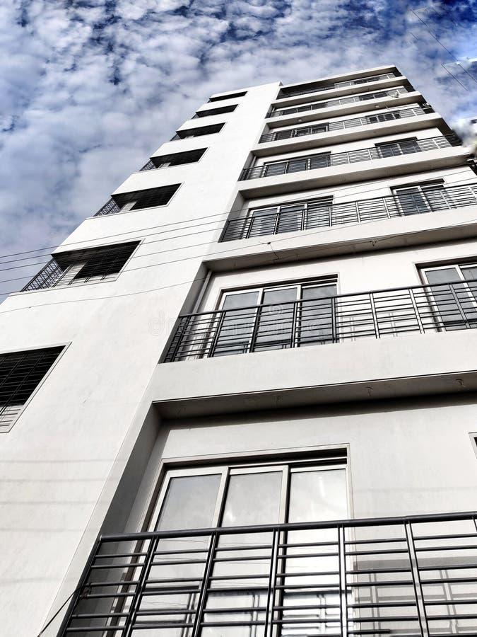 Alto de la construcción alta en el cielo foto de archivo