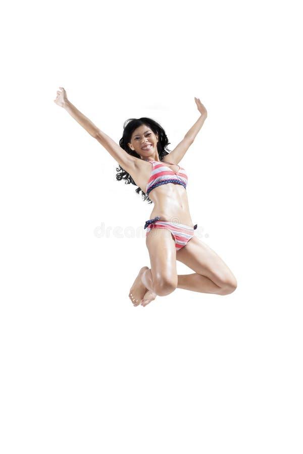 Alto de salto de la mujer emocionada aislado imagenes de archivo