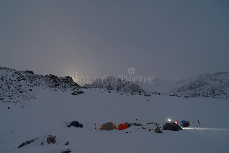 Alto del campo que sube en las montañas Claro de luna fotos de archivo