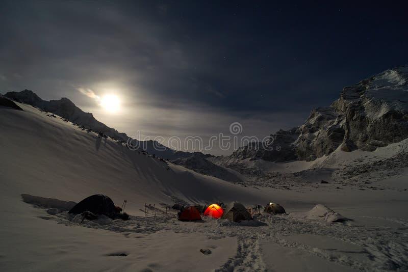 Alto del campo que sube en las montañas Claro de luna foto de archivo libre de regalías