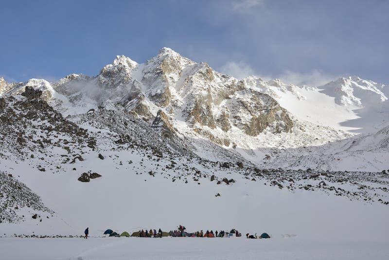Alto del campo que sube en las montañas Resto en un día soleado claro después de subir fotografía de archivo libre de regalías