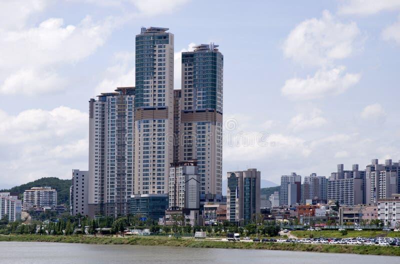 Alto edificio. imagenes de archivo