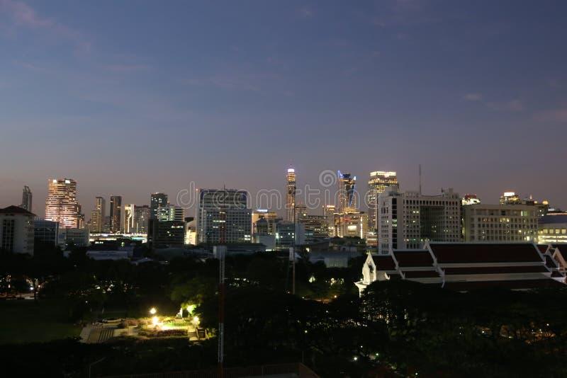 Alto edificio animado en noche fotos de archivo