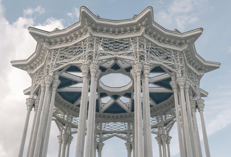 Alto edificio con las formas decorativas imagenes de archivo