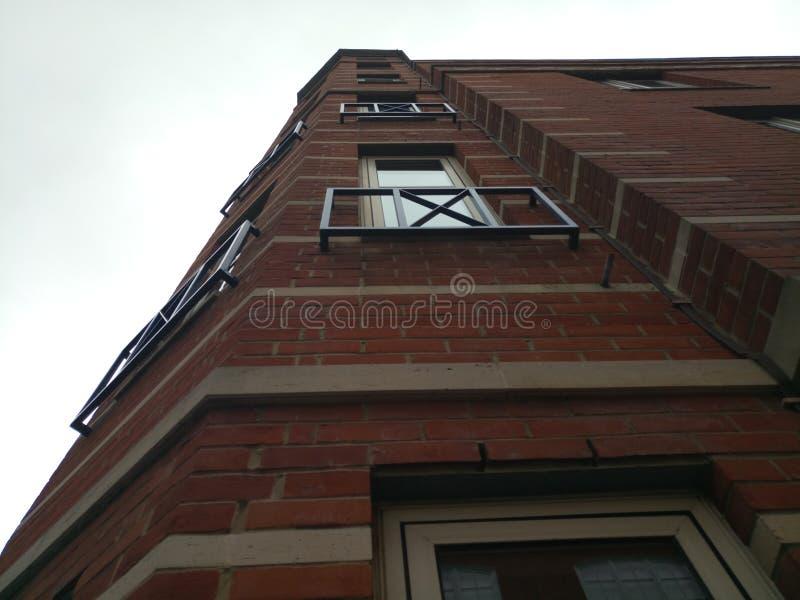 Alto edificio con los balcones fotografía de archivo