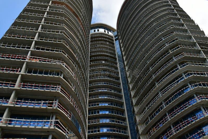 Alto edificio de la subida bajo construcción, visión inferior fotografía de archivo libre de regalías