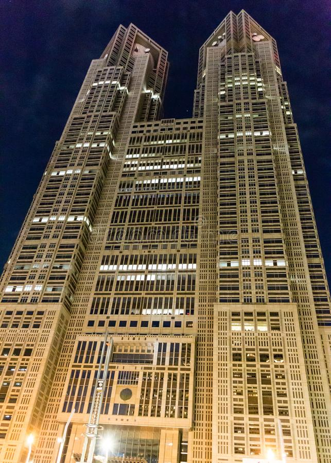 Alto edificio de la subida en Tokio imagenes de archivo