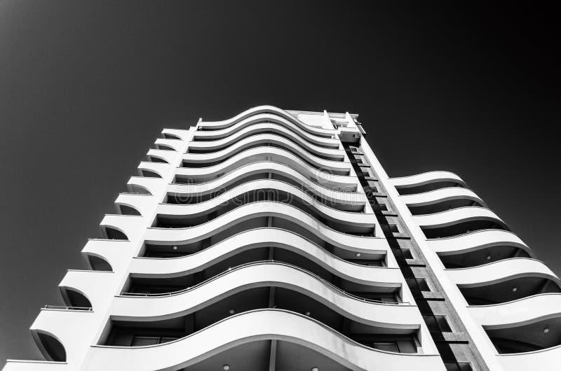 Alto edificio de varios pisos que mira el cielo imagen de archivo libre de regalías