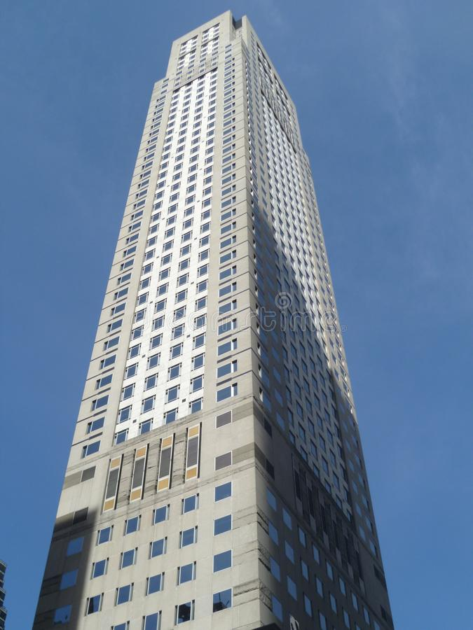 Alto edificio en perspectiva de la tierra foto de archivo libre de regalías