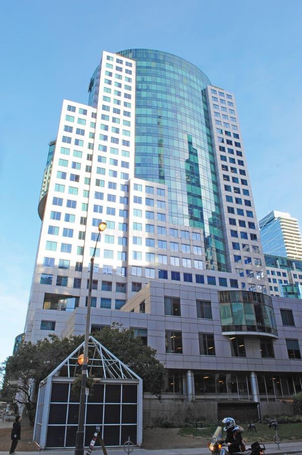 Alto edificio moderno de la subida imágenes de archivo libres de regalías
