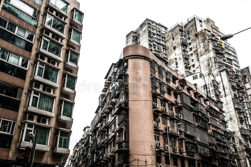 Alto edificio residencial viejo denso imagen de archivo libre de regalías