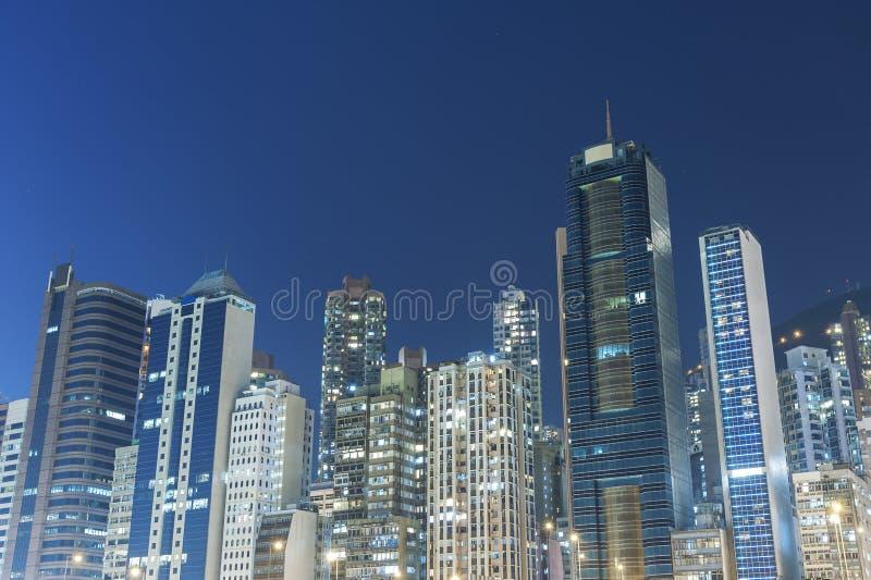 Alto edificio y horizonte de la subida imagen de archivo