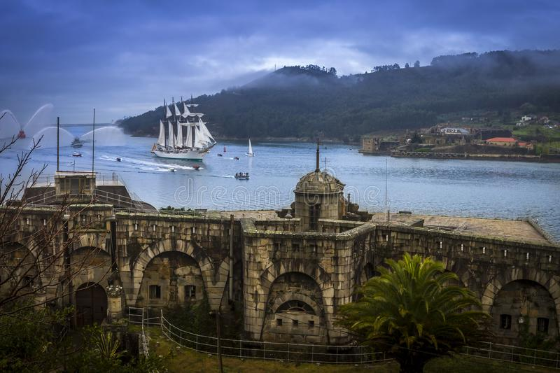 Alto envíe a Juan Sebastian Elcano Arrival a Ferrol Galicia España imagen de archivo libre de regalías