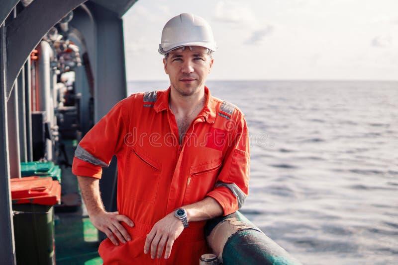Alto funzionario o primo ufficiale di coperta marino sulla piattaforma della nave o della nave fotografie stock