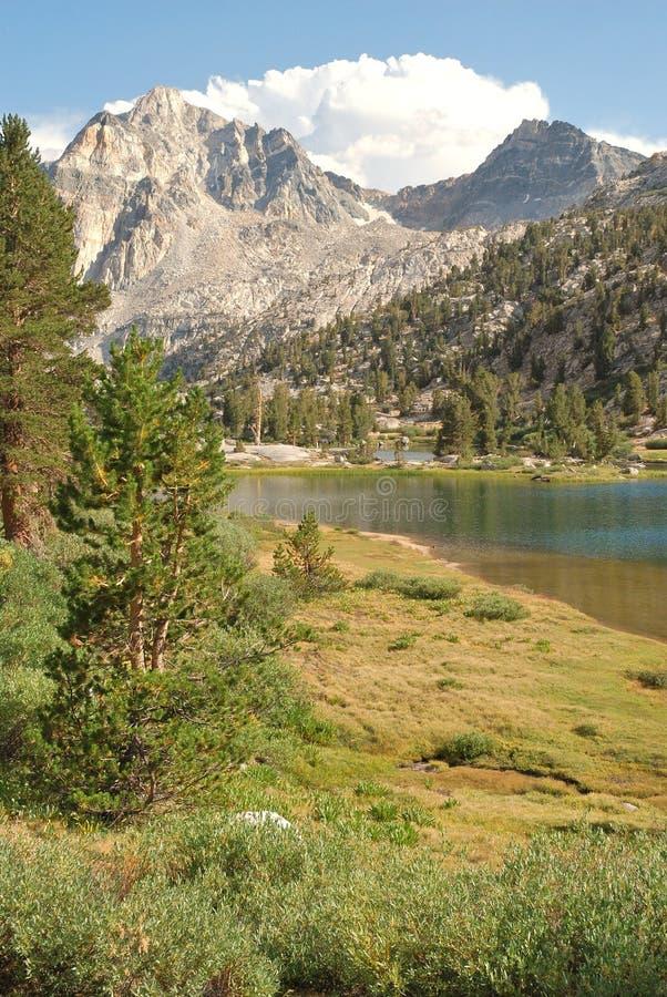 Alto lago Rae del país en el yermo de California imagenes de archivo
