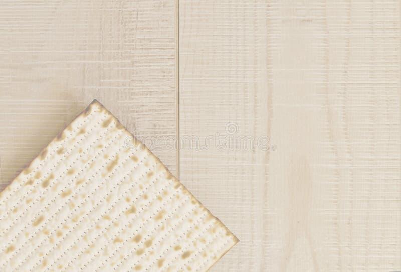Alto Matzot judío dominante en fondo de madera gris con el copia-espacio Endecha plana imágenes de archivo libres de regalías